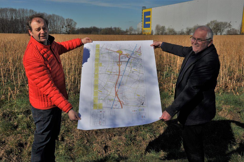 Arnd Hilwig und Heinrich Saarbeck auf der geplanten Trasse der A 445 Höhe der Anschlussstelle Im Sutenkamp