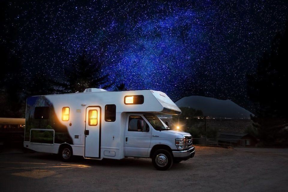 Wohnmobil bei Nacht