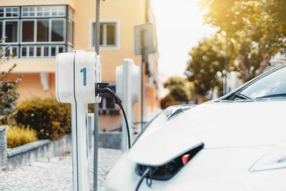 Ein Elektroauto an an einer Ladestation und Lädt sein Auto.